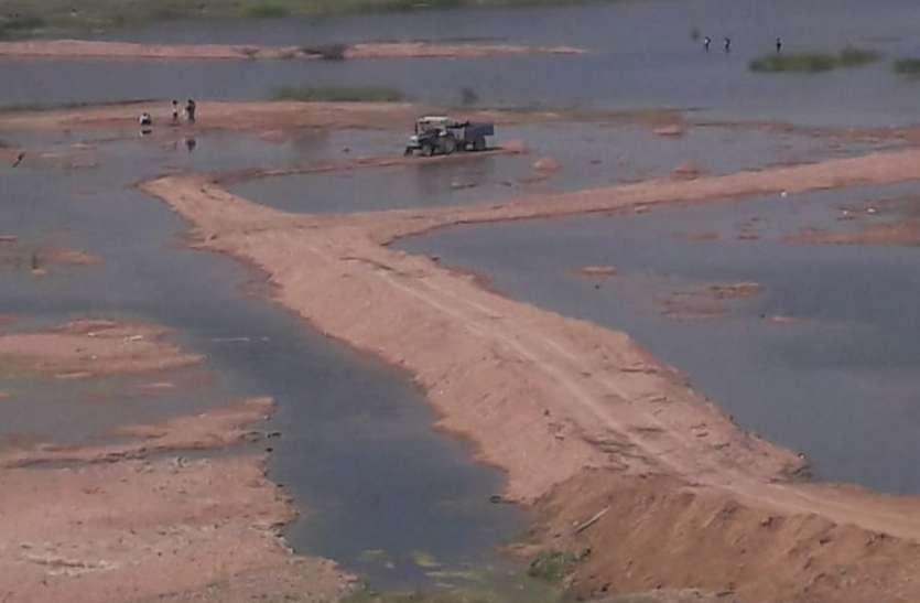 नदी का सीना चीर रेत कारोबारियों ने बना लिया पुल, शासकीय कर्मचारियों का अहम रोल, जानिए पूरा मामला