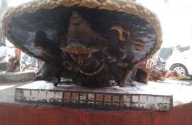 गोरखपुर के इस मंदिर की प्रतिमाएं सड़क पर इस हाल में मिली, तनाव