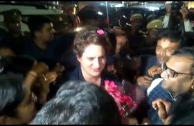 कांग्रेस के लोंगो ने प्रियंका गाँधी का किया जोरदार स्वागत, प्रियंका गाँधी ने कहा रायबरेली होली बाद आऊंगी, चुनाव पर करूंगी बात
