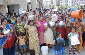 PICS : गर्मियों की दस्तक के साथ बढ़ गई पानी की किल्लत