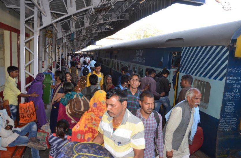 होली के चलते ट्रेनों में भीड़, जनरल कोचों में नहीं पैर रखने जगह