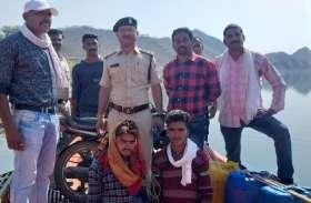 सवारी के लिए मिले नाव परमिट पर हो रहा था अवैध शराब का परिवहन