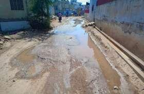नाला ध्वस्त कर किया समतलीकरण, घरों का गंदा पानी बहने लगा सड़क पर
