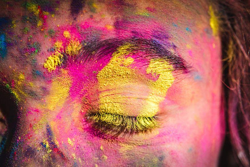 आंखों में रंग पड़ जाए तो रगड़ें नहीं, पानी से धोएं