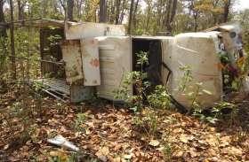 अनियंत्रित मालवाहक पेड़ से टकराने के बाद पलटा, एक की मौत,दो गंभीर