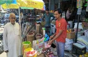 रंग-गुलाल से सजा बाजार, बच्चों को भा रही पिचकारियां