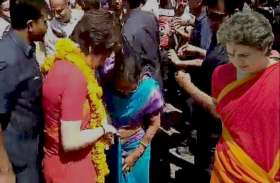प्रियंका गांधी के रोड शो में साड़ी दबने से गिरी महिला, प्रियंका ने उठाकर बांधी उसकी साड़ी, लगाया गले