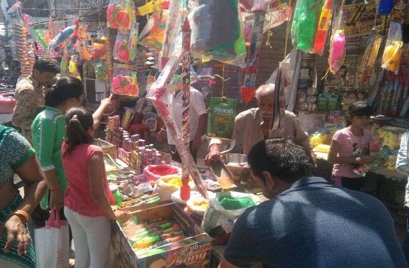 रंगों से सजे बाजार, खरीदारी को उमड़े लोग