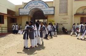 परीक्षा के बाद उत्साह से गले मिले विद्यार्थी