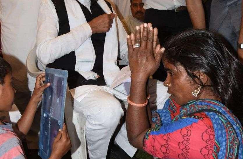 पीड़ित महिला ने मुख़्यमंत्री के सामने पैरों में बैठकर जोड़े हाथ, देखें तस्वीरें
