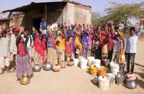 पेयजल संकट ने बढ़ाई ग्रामीणों की परेशानी, करनी पड़ रही मशक्कत