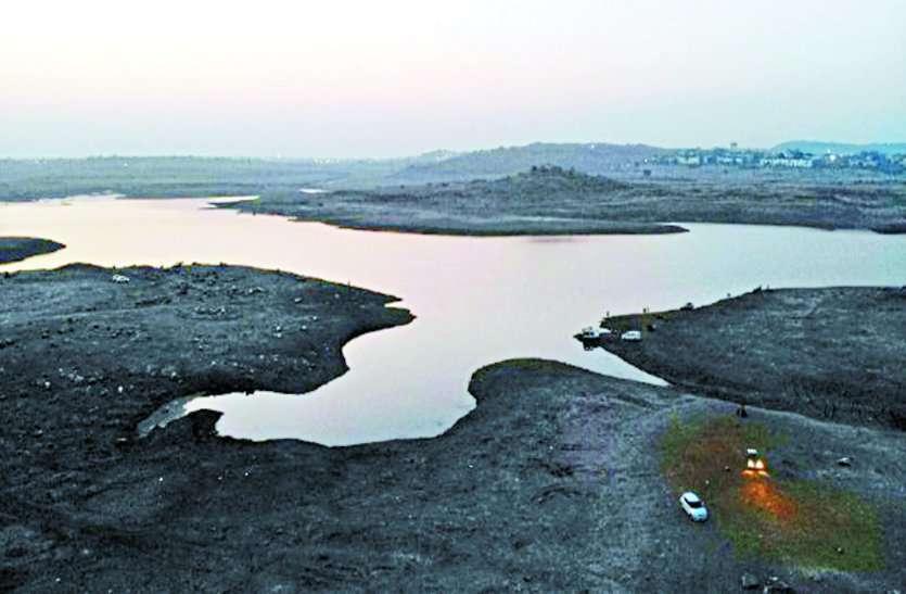 बड़ा तालाब: अतिरिक्त पंप सेट लगाए जा रहे ताकि खींचा जा सके पानी