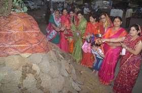 पारंपरिक वेशभूषा में सजकर महिलाओं ने की पूजा, लगाई परिक्रमा