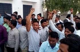 थाने की बिजली काटने पर बिजली विभाग के कर्मचारियों को पुलिस ने जमकर पीटा