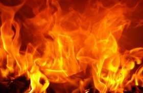 अज्ञात व्यक्ति ने दुकान में अलसुबह डीजल छिड़क आग लगाई, सीसीटीवी में कैद हुई पूरी वारदात