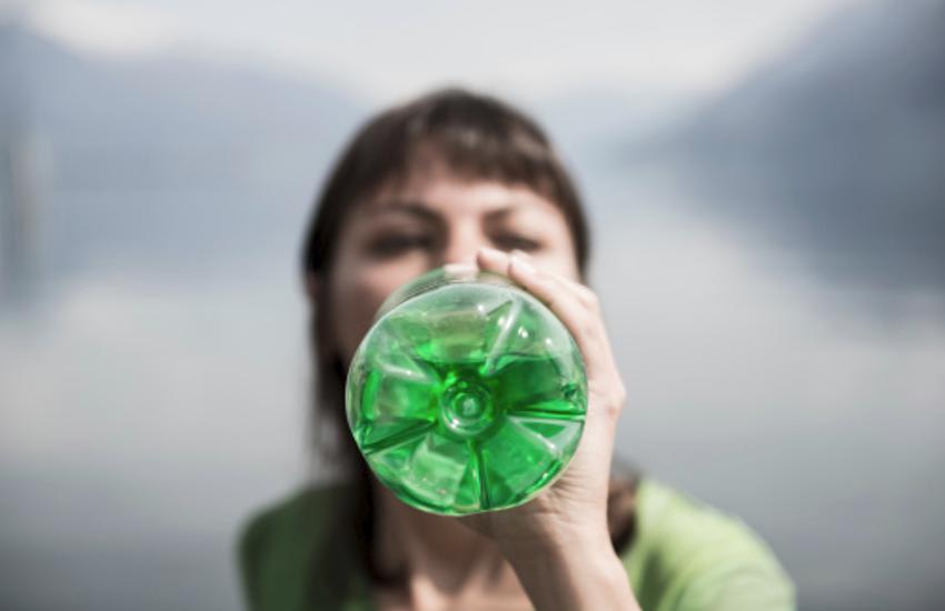 शरीर की रोग प्रतिरोधक क्षमता बढ़ाता है हरे रंग की बोतल का पानी