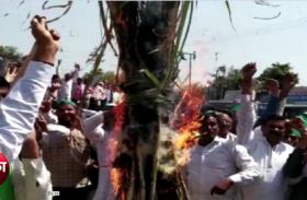 सरकार से नाराज किसानों ने जलाई गन्ने की होली