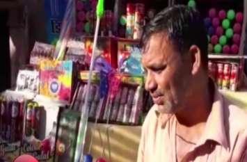 होली पर बाजार में बढ़ी मोदी आैर योगी की पिचकारी संग भगवा रंग की डिमांड- देखें वीडियो