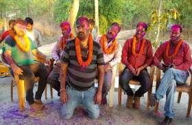होली मिलन समारोह में ढोल-मजीरा की थाप पर फाग गाते हुए जमकर थिरके शिक्षक