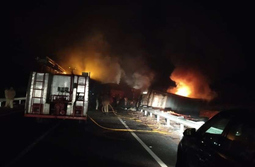 दर्दनाक हादसा: 2 ट्रकों अचानक आमने-सामने आने से टकराए, 2 जिंदा जले, 1 झुलसा