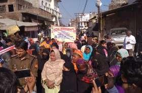 घूंघट की आड़ से महिलाओं ने जागरूकता रैली में लिया भाग, अधिक से अधिक मतदान करने की अपील की