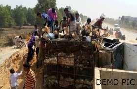 होली के दिन पलटी मुर्गे से भरी गाड़ी, सात क्विंटल से ज्याद मुर्गे गांव वाले लूट ले गए