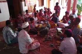 VIDEO: वेंकटेश मंदिर में आयोजित किया गया फाग गायन, शहरवासियों ने होली के दिन उठाया आनंद