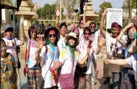 VIDEO गुलाल और रंग की फु हार से सराबोर हो गए देशी-विदेशी लोग