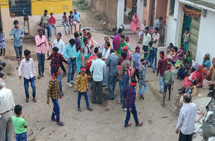 होली के बाद गांव में हुआ पारंपरिक डंडा नाच, देखें वीडियो