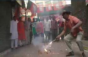 पीएम नरेन्द्र मोदी को बनारस से प्रत्याशी बनाये जाने पर मुस्लिमों ने छोड़े पटाखे, दी बधाई