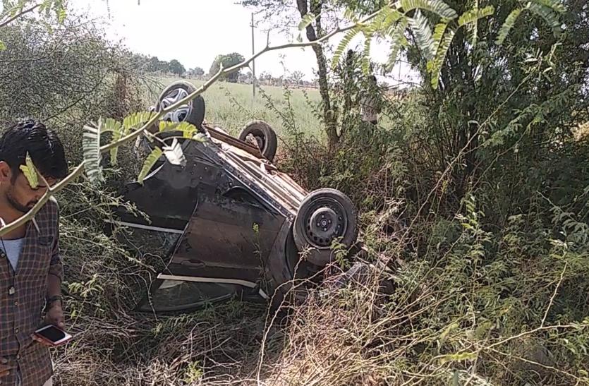 बाइक को बचाने के चक्कर में पलटी कार, 5 युवक घायल, जयपुर से जैसलमेर जा रहे थे घूमने