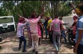 त्योहार के दूसरे दिन पुलिस कर्मचारियों ने जमकर खेली होली : Video
