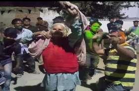 हाेली पर 80 साल की इस बुढ़िया ने किया 'नागिन' डांस, आप देखिए वीडियाे