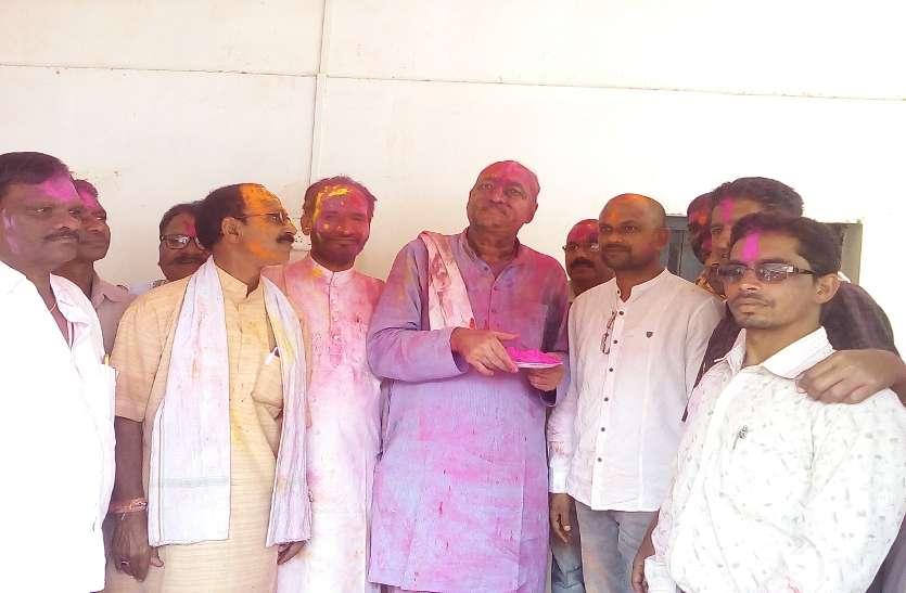 See Video :  कृषि मंत्री ने जमकर बजाया नगाड़ा,अधिकारी कर्मचारी सहित किसानों ने उड़ाए अबीर-गुलाल