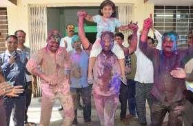 सतना में पुलिस अधिकारियों ने कुछ इस तरह मनाया होली का जश्न, देखें दिल खुश कर देने वाली तस्वीर