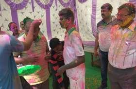 डीएम और पुलिस अधीक्षक ने पुलिसकर्मियों के साथ खेली होली, दी बधाई