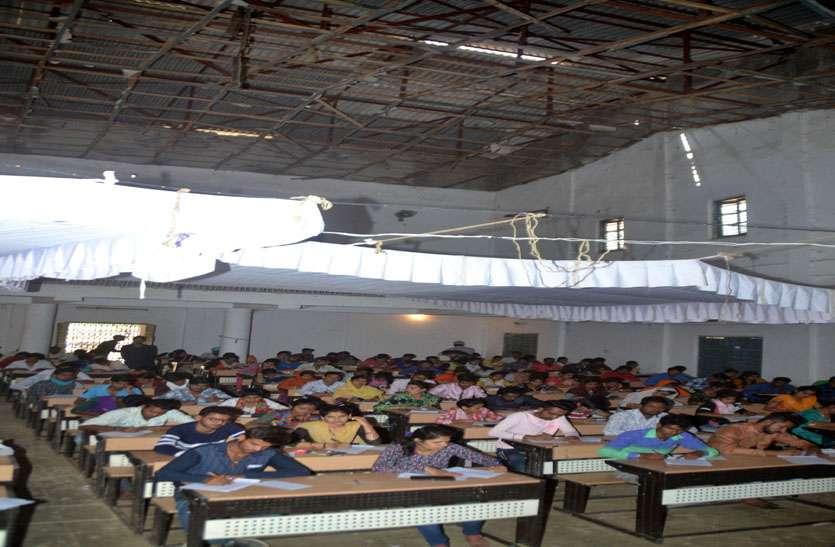 कॉलेज की परीक्षा: हॉल में छत के नीचे टेंट लगाया 12 फिट ऊंचा टेंट, जिसमें छात्रों को बिठाकर ली परीक्षा
