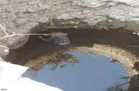 कुएं में फांसी के फंदे से लटकती हुई मिली डेडबॉडी, लाश की हालत देख लोगों के उड़ गए होश