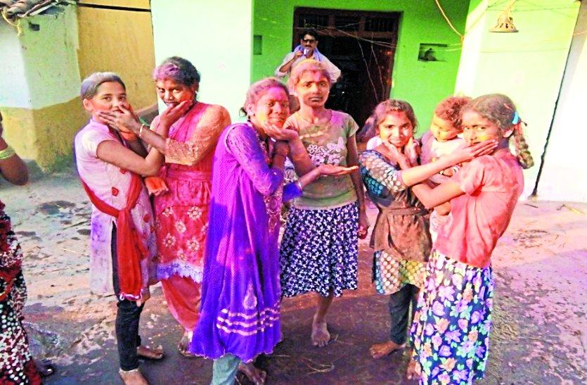 नगाड़ों की थाप और फाग गीतों पूर झूमे लोग अबीर-गुलाल उड़ाकर मनाया होली का त्योहार