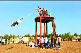 मन्नत पूरी करवानी के लिए 30 फीट की ऊंचाई पर झूलते हैं लोग, पहुंचते हैं हजारो लोग