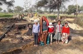 आग में जिंदा जला युवक, पत्नी भी झुलसी, पांच छप्पर जलकर हुए राख