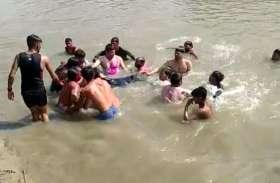नहर में नहाने गए तीन दोस्त उसके बाद हुआ कुछ ऐसा कि गांव में मच गई चीख पुकार, देखें वीडियो