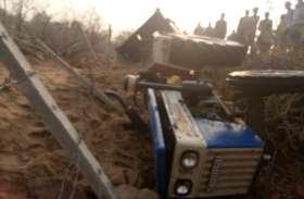 रेत से भरा ट्रैक्टर पलटा, चालक की दर्दनाक मौत