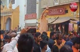 पीएम नरेन्द्र मोदी बने विवेक ओबराय ने किया रोड शो, लोगों ने की पुष्प वर्षा