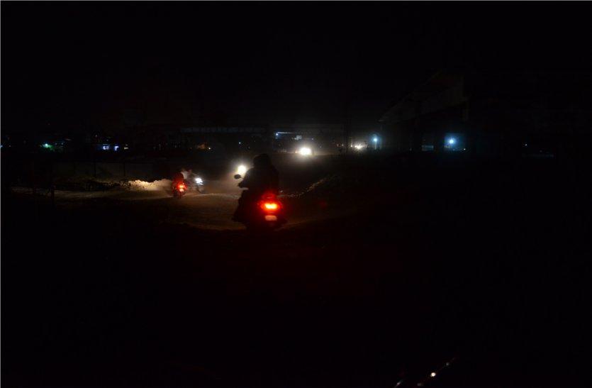 इस रास्ते से अंधेरे के कारण रात में नहीं जाते लोग, पढ़े खबर