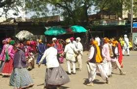 अजब परंपरा- नाचते हुए चलते हैं ये आदिवासी