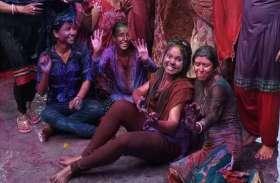 रंगों से सराबोर रही युवाओं की टोलियां