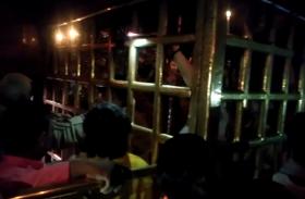 विंध्यवासिनी मंदिर में मोमबत्ती और मोबाइल टार्च की रोशनी में भक्तों को करना पड़ा दर्शन पूजन