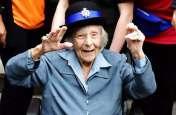 104 साल की बूढ़ी औरत को पुलिस ने किया गिरफ्तार, गुनाह ना करने के बावजूद हाथों में लगी हथकड़ी
