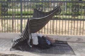 pics : फुटपाथ को कुछ यूं बनाया अपना आशियाना
